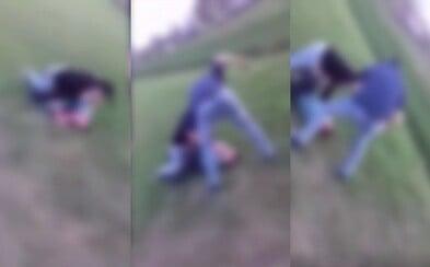Dvaja tínedžeri zmlátili mentálne postihnutého muža a bitku si natáčali na mobil. Policajti už začali trestné stíhanie