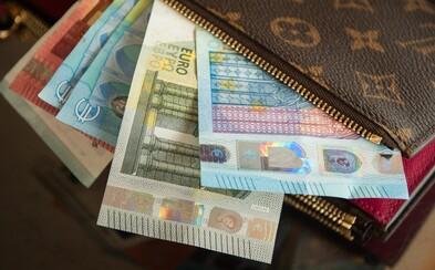 Dve 14-ročné Slovenky našli tašku so 600 eurami, ale hneď ju odniesli na políciu. Od majiteľa dostali vrúcne poďakovanie