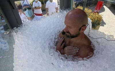 Dvě a půl hodiny mrzl v ledu. Rakušan zlomil světový rekord, bolest prý překonal pozitivním myšlením