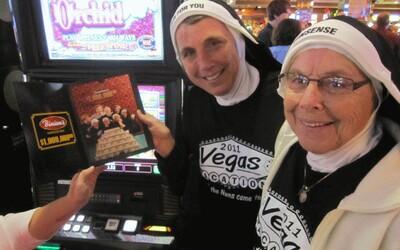 Dvě jeptišky ukradly 500 tisíc z katolické školy a šly je utratit do kasina v Las Vegas