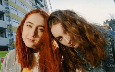 Dve kamarátky z Anglicka vydali album, ktorý ašpiruje na popový počin roka