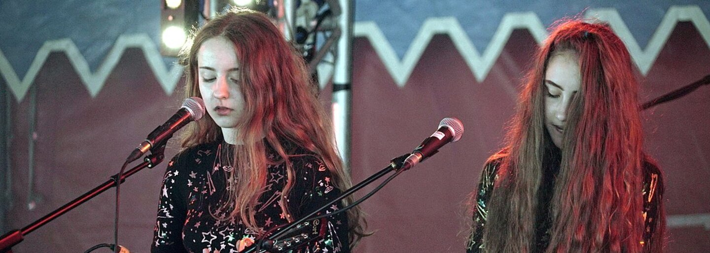 Dvě kámošky z Anglie vydaly album, které aspiruje na popový počin roku