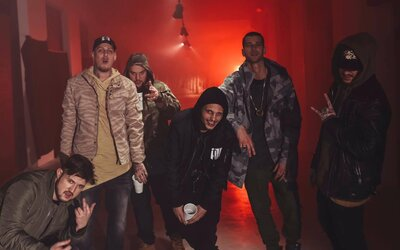 Dve najväčšie bratislavské rapové zoskupenia sa neboja nikoho. H16 a DMS rapujú v novom klipe prvú ligu