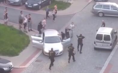Dvě rodiny se v Jablonci dostaly do rozepře, uklidňovat je muselo 11 policejních hlídek