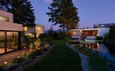 Dve vily, obrovská záhrada, bazén a možnosť diaľkového ovládania. Súbor nehnuteľností neďaleko Prahy v hodnote 2 miliónov eur vás dostane