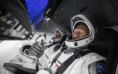 Dvojice astronautů SpaceX zná datum návratu na Zemi. Jejich cestu zpět budeš moci opět sledovat živě