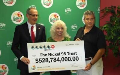 Dvojice, která v loterii vyhrála přes 500 milionů dolarů, stále žije obyčejným životem. Nekoupili si novou vilu a nadále hrají loterii