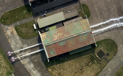Dvojice letadel proletěla při neskutečném kaskadérském kousku těsně vedle sebe hangárem