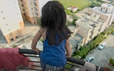 Dvojročné dievčatko sa prebudí vedľa mŕtvej mamy. Bežné činnosti v byte sa stávajú bojom o prežitie