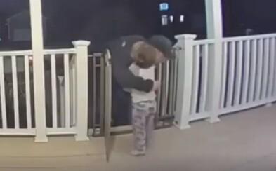 Dvouletý chlapeček objal donašeče pizzy, který jen pár dní předtím přišel o milovanou dceru. Dojemné video viděly už tisíce lidí