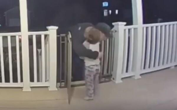 Dvojročný chlapček objal donáškara pizze, ktorý len pár dní predtým prišiel o milovanú dcéru. Dojemné video videli už tisícky ľudí