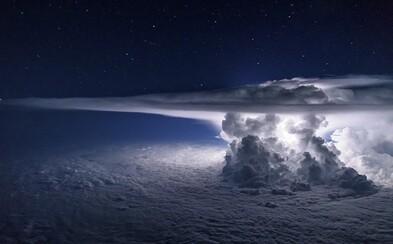 Dychberúci záber bleskov zahalených mračnom masívnej búrky zachytený 11 kilometrov nad morom