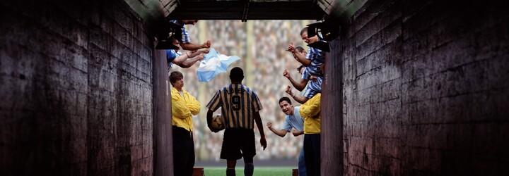 Futbalový zápas prerušila demolácia elektrárne. Hráči miesto lopty sledovali, ako veže padajú k zemi