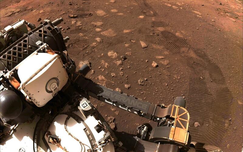Robot Perseverance se na Marsu poprvé pohnul, ujel 5 metrů a udělal fotku svých stop.