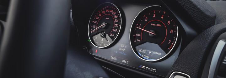BMW má auto, které klame tělem. 6válcové M140i přehlédnete, jízdní vlastnosti mu však mohou mnozí závidět!