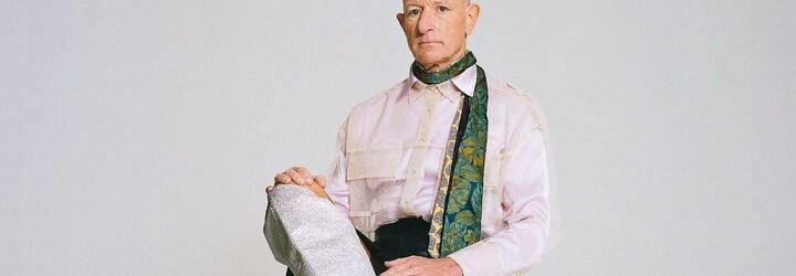 Mark Bryan je ženatý muž, který miluje sukně a boty na vysokých podpatcích. Pravidelně v nich chodí i do práce