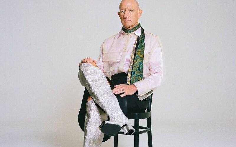Mark Bryan je ženatý muž, který miluje sukně a boty na vysokých podpatcích. Pravidelně v nich chodí i do práce.