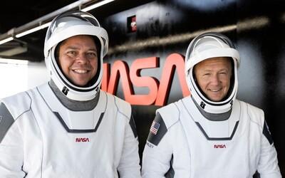Astronauti SpaceX úspěšně přistáli na Zemi. Komerční létání do vesmíru je realitou.