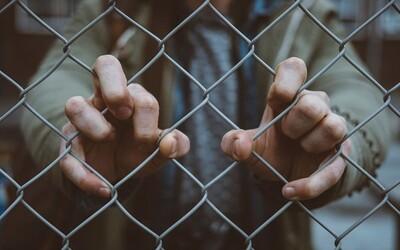 Muž se připoutal k plotu, jeho bývalá manželka mu totiž nechtěla kvůli koronaviru předat dítě.