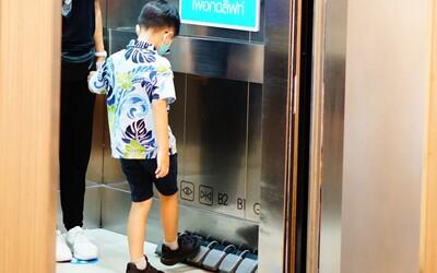 Jak zastavit šíření koronaviru? Obchodní dům v Bangkoku nainstaloval do výtahů pedály místo tlačítek.