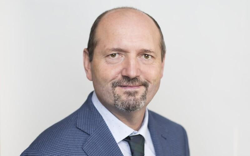 Senátor ODS Karpíšek je nakažen koronavirem. Léčí se v domácí izolaci.