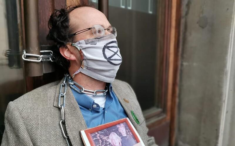 Tři ekologičtí aktivisté se přivázali k budově ministerstva financí. Upozorňují na chybějící ekologický rozpočet.
