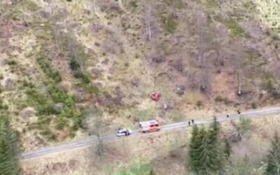Muž sa pri Vyšnej Boci zrútil s autom do 300 metrov hlbokej rokliny. Zasahovať museli záchranári na helikoptére.