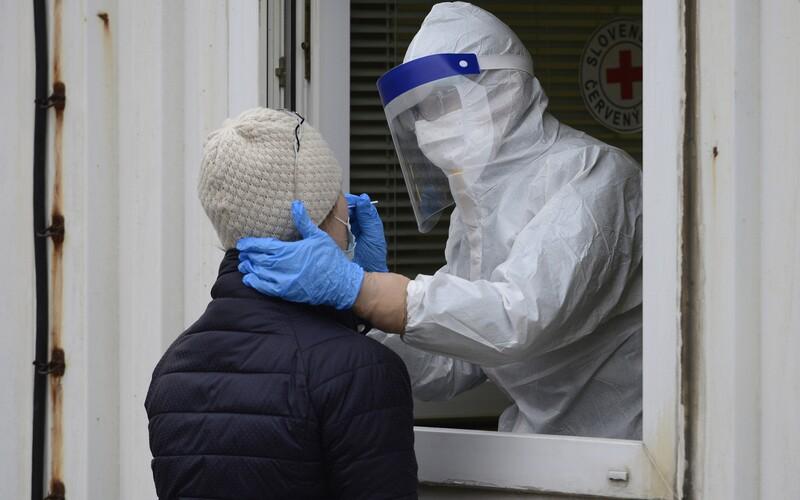 V Česku přibylo 524 nových případů covidu. Reprodukční číslo mírně klesá.