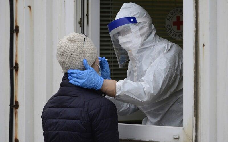 KORONAVIRUS: V Česku přibylo 6274 nově nakažených. Nové predikce počítají tento týden až se 7000 nakaženými denně.