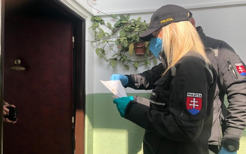 Policajti už chodia po domoch kontrolovať, či dodržiavaš karanténu. Našli aj prvého repatrianta, ktorý ju porušil.