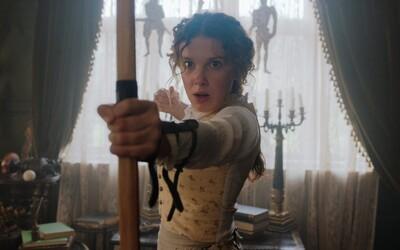 Henry Cavill je Sherlock Holmes a Eleven zo Stranger Things jeho mladšia sestra. Netflix vydal prvé fotky z očakávaného filmu