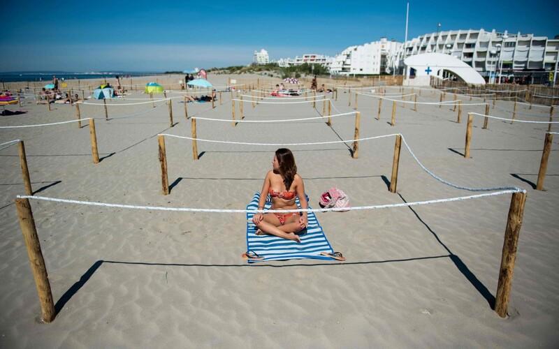 Francouzi vyřešili bezpečnou vzdálenost na plážích. Musíš si zarezervovat povinnou rezervaci v ohrádce.