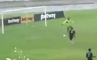 VIDEO: Svému týmu vstřelil dva vlastní góly. Udělal to naschvál, aby prý překazil předem dohodnutý výsledek zápasu.
