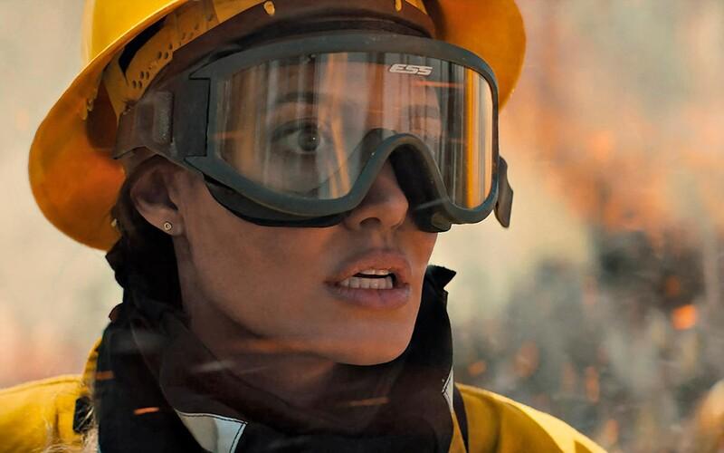 Angelina Jolie uniká pred lesným požiarom a zabijakmi. Sleduj strhujúci trailer filmu Those Who Wish Me Dead