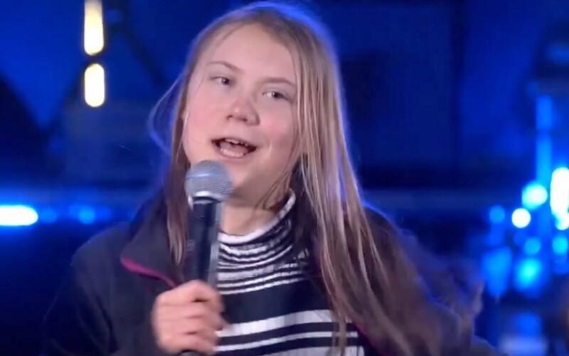 Greta Thunbergová sa odviazala na podujatí za klímu. Sleduj, ako zaspievala známy hit a schuti si zatancovala.