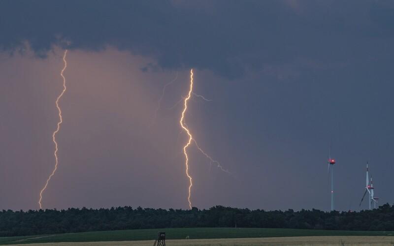 Na Česko se ženou silné bouře s krupobitím.