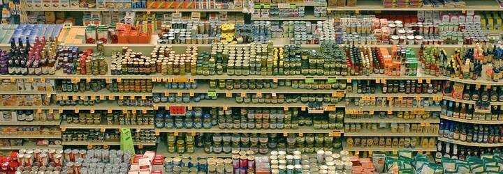 Dánsko chce potraviny označovat nálepkami, které straší uhlíkovou stopou nebo poškozováním lesů