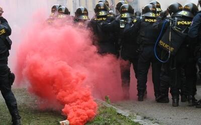 VIDEO: Skupina fotbalových fanoušků v Uherském Hradišti lynčovala policejní hlídku.