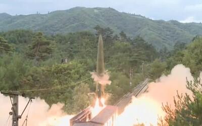 VIDEO: Severní Korea otestovala odpal balistických raket z vlaku. Jedna zasáhla cíl.