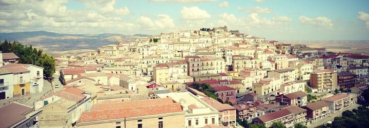 Malebné italské městečko ti zaplatí 50 000 Kč za to, že se tam přestěhuješ. Starosta chce Candelu dostat ze zoufalé situace