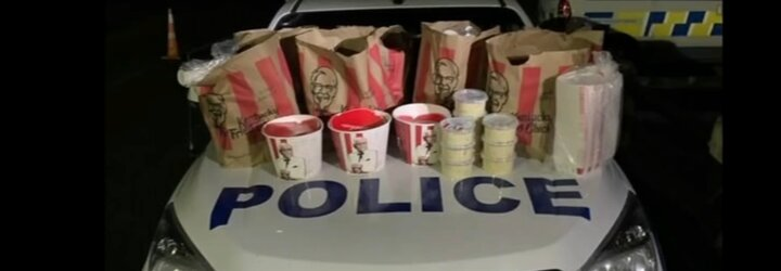 Dva Novozélanďané chtěli propašovat KFC do města v lockdownu. Zastavili je policisté, v autě našli i 1,5 milionu v hotovosti