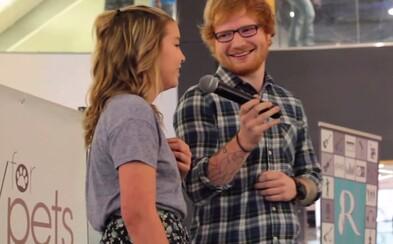 Ed Sheeran počul popri nakupovaní ako spieva dievča jeho skladbu, tak sa pridal