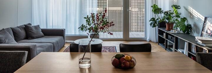 Hipsterské bydlení s nádechem Skandinávie pro mladou rodinu, kterému dominuje beton a dubové dřevo