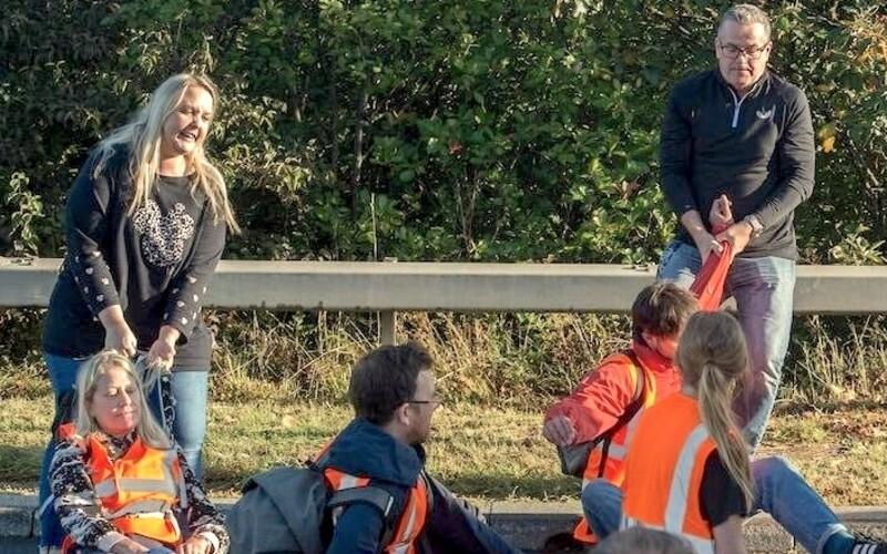 Ekologickí demonštranti a aktivisti sa v Británii prilepili na diaľnicu. Policajti ich odtrhli a zatkli.