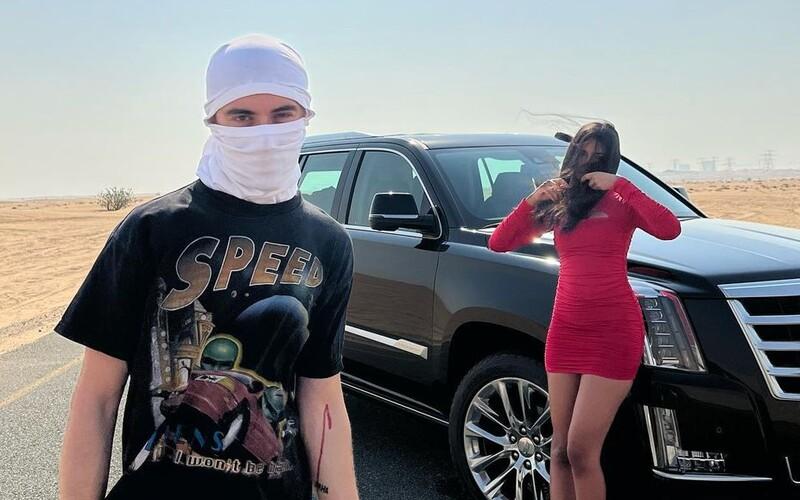 Samey sa ozýva z dubajskej púšte, s tajomným dievčaťom brázdi piesok aj vlny v klipe k hitu Aha.