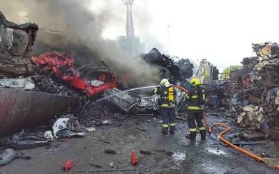 Moravský Krumlov zachvátil požár. Hoří autovraky.