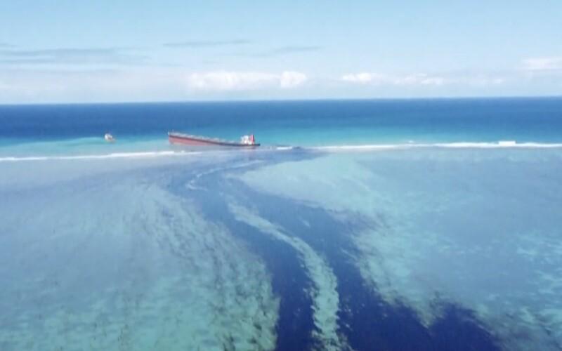 Ostrovný raj Maurícius bojuje so šíriacou sa ropnou škrvrnou. Tá ohrozuje aj vzácne koralové útesy.
