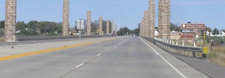 13 řidičů zaparkovalo pod mostem, aby zachránili sebevraha před skokem na dálnici