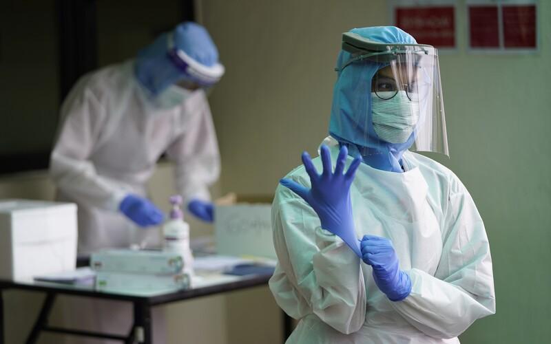 Česká republika má 144 zdravotníků nakažených koronavirem.