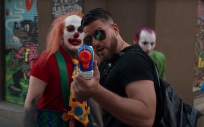 Ega nachytali při natáčení vlastního klipu Trollin. Jak reagoval, když si myslel, že člena produkce napadli nožem?